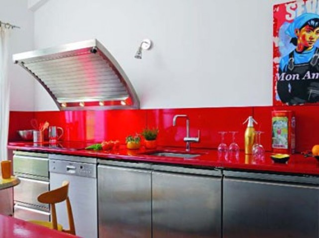 Pose credence avec cuisine rouge cr dences cuisine - Credence rouge pour cuisine ...