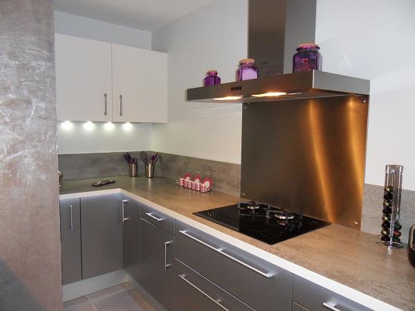 travail en cuisine carrelage plan de travail plan de travail en bton cir u2013 photos. Black Bedroom Furniture Sets. Home Design Ideas